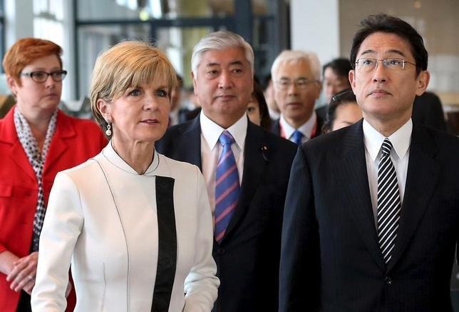 2月16日、来日中のビショップ豪外相(左から2人目)は、中国に対して南シナ海の人工島の用途などについて説明を求める考えを明らかにした。写真は昨年11月シドニーで訪豪中の岸田外相らを案内する同外相(2016年 ロイター/David Moir)