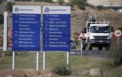 Anglo American annonce une suspension de son dividende et la mise en vente de sa filiale de minerai de fer Kumba Iron Ore en réponse à la chute des cours des matières premières, qui a lourdement impacté ses résultats de l'année écoulée. Le groupe minier a fait état d'un bénéfice opérationnel de 2,2 milliards de dollars (2,0 milliards d'euros) au titre de 2015. /Photo prise le 5 octobre 2015/REUTERS/Siphiwe Sibeko