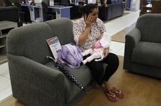 Mulher em loja de móveis e eltrodomésticos em São Paulo. O IBGE informou nesta terça-feira que o pior desempenho no volume de vendas entre as atividades no varejo restrito em 2015 ficou para móveis e eletrodomésticos, com queda de 14 por cento. 07/02/2013 REUTERS/ Nacho Doce
