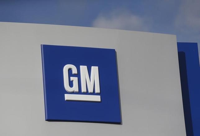 2月16日、米GMはタカタ製エアバッグ問題に絡み、すでに廃止している「サーブ」と「サターン」ブランド約20万台をリコールすると発表した。写真は同社ロゴ、昨年10月撮影。(2016年 ロイター/Rebecca Cook)