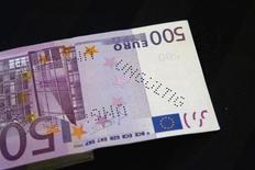 """De los 45.528 millones de euros en efectivo que circulan por España, el 75 por ciento corresponden a billetes de 500 euros, según un informe publicado el martes por el Sindicato de Técnicos del Ministerio de Hacienda (GESTHA). En la imagen, un billete de 500 euros que la agencia alemana de aduanas Zoll interceptó durante una operación contra el lavado de dinero, mostrada antes de una rueda de prensa en el ministerio de finanzas alemán en Berlín, 16 de marzo de 2012. La marca en el billete dice: """"Inválido"""".  REUTERS/Thomas Peter"""