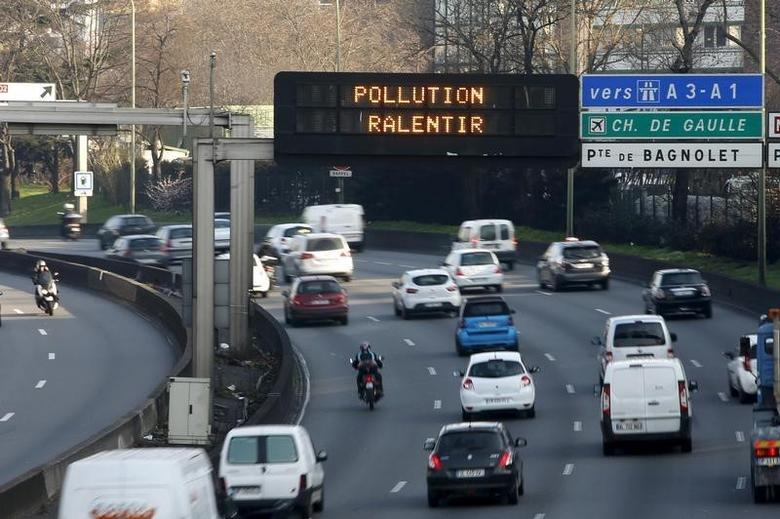 Traffic drives past an electronic road sign which reads ''Pollution, reduce speed'', on the Paris ring road March 23, 2015.  REUTERS/Charles Platiau