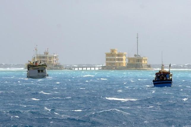 2月16日、米FOXニュースによると、中国軍が南シナ海の島に地対空ミサイルを配備した。南シナ海を通る船、2013年撮影(2016年 ロイター/Quang Le)