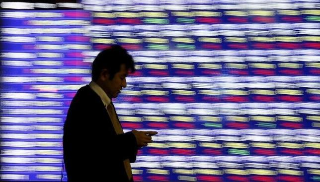2月17日、前場の東京株式市場で、日経平均株価は前営業日比26円17銭安の1万6028円26銭となり、3日ぶりに反落した。写真は都内で昨年12月撮影(2016年 ロイター/Toru Hanai)