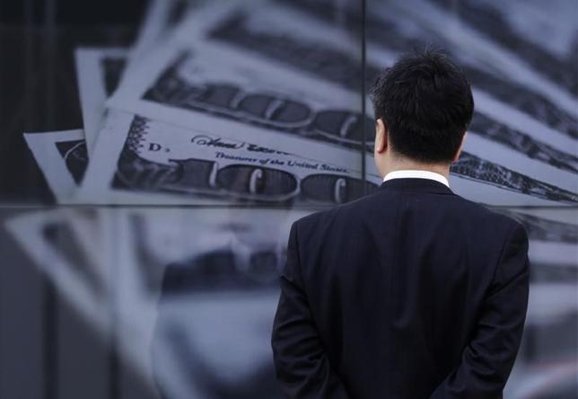 2月17日、正午のドル/円は、前日ニューヨーク市場午後5時時点に比べ、ややドル安/円高の114.02/04円だった。写真は都内で2013年4月撮影(2016年 ロイター/Toru Hanai)
