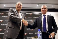 Brookfield Infrastructure Chief Executive Sam Pollock (R) shakes hands with Asciano Ltd Chief Executive Officer (CEO) John Mullen after a media conference in Sydney, Australia, August 18, 2015.  REUTERS/David Gray