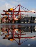Погрузочные краны в порту Мельбурна. Канадская инвестиционная компания Brookfield Asset Management планирует сделать новое предложение о приобретении крупнейшего в Австралии оператора портов и железных дорог Asciano за $6,4 миллиарда совместно с катарским суверенным фондом, сообщили Рейтер два источника. REUTERS/Mick Tsikas
