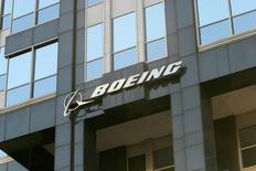 Le centenaire du groupe Boeing sera célébré cette année sous des augures mitigés et son nouveau directeur général, Dennis Muilenburg, va devoir rassurer les actionnaires mercredi après-midi quant aux résultats et à la stratégie du groupe dans le secteur militaire. De plus, le groupe a déclaré avoir accumulé plus de 30 milliards de coûts différés pour son Boeing 787, que certains analystes craignent de voir apparaître dans ses résultats sous forme de charges. /Photo d'archives/REUTERS