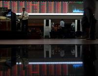 Personas caminando en la Bolsa de Valores de Sao Paulo, 24 de agosto de 2015. La bolsa de Brasil subía el miércoles a media sesión, amparada nuevamente por un escenario externo favorable y con un desempeño destacado de las acciones de siderúrgicas. REUTERS/Paulo Whitaker