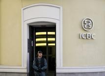 LCinco altos cargos en Madrid del Banco Industrial y Comercial de China (ICBC), el mayor banco chino, fueron detenidos el miércoles en una operación por presunto blanqueo de capitales, informaron el miércoles las autoridades.. En la imagen, un agente de la Guardia Civil en la puerta de la entidad durante el registro de la sede del banco en Madrid,  el 17 de febrero de 2016. REUTERS/Andrea Comas