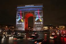 Arc De Triomphe is lit up with the 2024 Olympic Games bid logo in Paris, France, February 9, 2016. REUTERS/Benoit Tessier