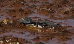 Casa soterrada por lama no distrito de Bento Rodrigues devido a rompimento de barragem da mineradora Samarco em Mariana (MG). 06/11/2016 REUTERS/Ricardo Moraes