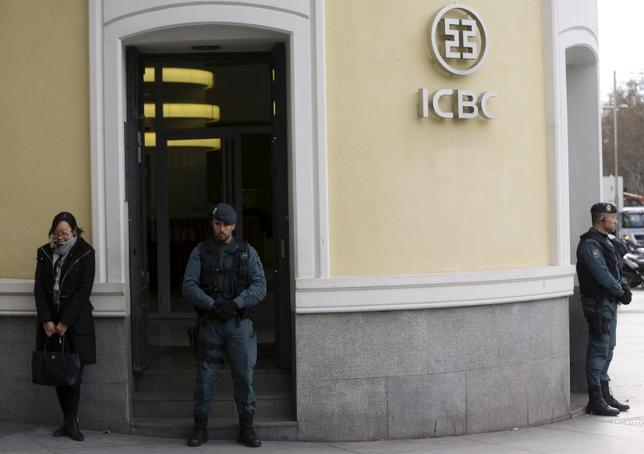 2月17日、スペイン警察は資金洗浄の疑いで中国工商銀行のマドリード支店に家宅捜索に入り、幹部ら5人を逮捕(2016年 ロイター/Sergio Perez)