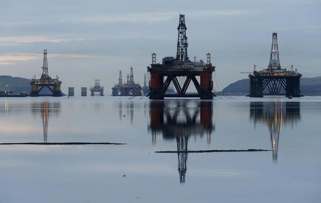 2月17日、原油先物が急伸し、北海ブレント先物は約7%高で清算した。スコットランド/・インバーゴードン近郊の油田で昨年1月撮影(2016年 ロイター/RUSSELL CHEYNE)