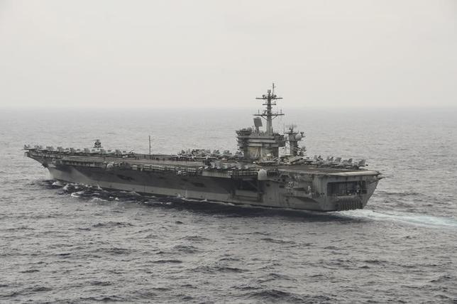 2月17日、米国防総省は、南シナ海のパラセル(西沙)諸島に中国が地対空ミサイルを配備したことが民間の衛星写真からうかがえるとし、こうした行為は地域の緊張を高めると指摘した。南シナ海を通る米空母。提供写真、昨年10月米海軍が撮影(2016年 ロイター)
