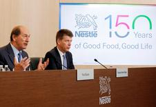 Le PDG de Nestlé Paul Bulcke (à gauche) et le directeur financier Francois-Xavier Roger lors d'une conférence de presse au siège du groupe à Vevey en Suisse. Le groupe agroalimentaire a déçu les attentes en 2015 avec une croissance organique de 4,2% seulement et il s'attend à une performance comparable cette année en expliquant qu'il lui est de plus en plus difficile d'augmenter ses prix dans un contexte économique morose. /Photo prise le 18 février 2016/REUTERS/Pierre Albouy