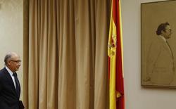 El Tesoro español colocó el jueves 3.745 millones de euros en deuda a medio y largo plazo, a rentabilidades más bajas en dos de las tres referencias. En la imagen se ve al ministro de Hacienda en funciones, Cristóbal Montoro, en una comisión parlamentaria el 2 de septiembre de 2014. REUTERS/Juan Medina