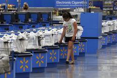 Wal-Mart Stores, le numéro un mondial de la grande distribution, a annoncé jeudi une baisse de son bénéfice trimestriel conforme aux attentes du marché, avec une croissance modeste de ses ventes à magasins comparables. Le bénéfice net trimestriel a reculé de 7,9% à 4,57 milliards de dollars sur le trimestre clos le 31 janvier. /Photo d'archives/REUTERS/Rick Wilking