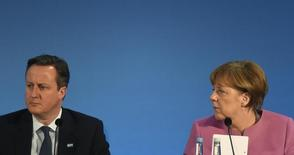 Канцлер Германии Ангела Меркель и британский премьер Дэвид Кэмерон на международной конференции в Лондоне 4 февраля 2016 года. Кэмерон в четверг проведёт переговоры об условиях продолжения членства в ЕС, чьи лидеры полагают, что компромиссу препятствуют лишь несколько спорных моментов. REUTERS/Toby Melville