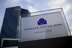 La sede del Banco Central Europeo en Fráncfort, dic 3, 2015. La modesta recuperación económica de la zona euro ha progresado pero los riesgos están en aumento y también existen señales de que los precios bajos de la energía podrían trasladarse a los valores de otros bienes y servicios, dijo el jueves el Banco Central Europeo (BCE).    REUTERS/Ralph Orlowski