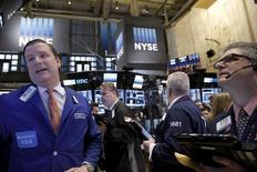Operadores trabajando en la Bolsa de Nueva York. 12 de febrero de 2016. Las acciones abrieron con alzas el jueves en la bolsa de Nueva York, extendiendo las ganancias registradas en las tres últimas sesiones, por el continuo repunte de los precios del petróleo. REUTERS/Brendan McDermid