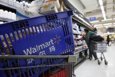 Тележка с продуктами в магазине Wal-Mart в Пекине. Крупнейшая в мире розничная торговая сеть Wal-Mart Stores Inc отчиталась в четверг о падении квартальной прибыли и небольшом увеличении объема продаж в магазинах в США, оказавшемся ниже ожиданий рынка. REUTERS/Kim Kyung-Hoon
