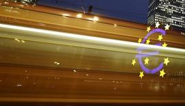 Los riesgos que afrontan el crecimiento y la inflación de la zona euro están aumentando, mostraron las actas de la reunión de política monetaria del Banco Central Europeo en enero, y algunos de sus integrantes defienden la necesidad de actuar de forma preventiva ante nuevas amenazas. En la imagen, el famoso logo del euro visto a través de unas luces por el paso de un tranvía  junto a la antigua sede del BCE, el 19 de enero de 2016. REUTERS/Kai Pfaffenbach