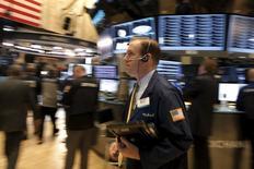 La Bourse de New York a fini en baisse de 0,25% jeudi, sous la pression de prises de bénéfice et après des résultats décevants du géant de la distribution Wal-Mart. /Photo prise le 17 février 2016/REUTERS/Brendan McDermid