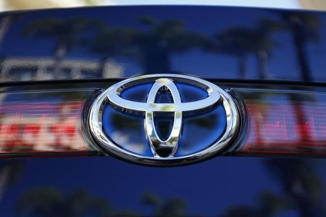 2月18日、トヨタ自動車は、スポーツ型多目的車の「RAV4」と「ヴァンガード」計287万3000台を世界でリコールすると発表した。写真はロゴ、米カリフォルニア州で2014年11月撮影(2015年 ロイター/Lucy Nicholson)