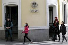 Un alto ejecutivo del Industrial and Commercial Bank of China (ICBC) ha aterrizado en España tras el registro en la sede de Madrid de la entidad crediticia que llevó a la detención de cinco directivos, dijo el viernes un portavoz. En la image, gente camina al lado de agentes de la Guardía Civil en la sede del Industrial and Commercial Bank of China (ICBC) durante una redada en Madrid, España, el 17 de febrero de 2016. REUTERS/Juan Medina