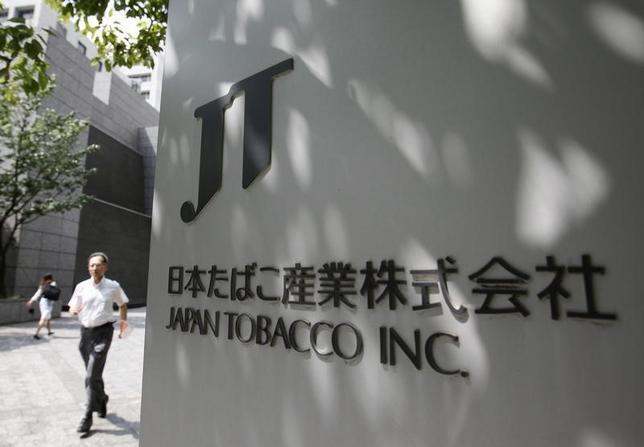2月19日、たばこ大手2社が日本市場に、火を使わず有害物質が少ないとされる次世代のたばこを投入、「煙なき」戦いを繰り広げている。写真は最大手のJT本社。2012年6月撮影(2016年 ロイター/Yuriko Nakao)