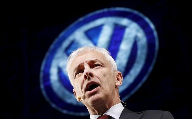 2月19日、独自動車大手フォルクスワーゲン(VW)の経営幹部らは、排ガス不正問題をめぐり、3月末よりも前に米当局と合意に達することはないと見込んでいる。写真は同社のミュラー最高経営責任者(CEO)。1月撮影(2016年 ロイター/Mark Blinch)