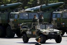 """Военные грузовики везут ракеты DF-15B на параде в Пекине, посвященном 70-летию окончания Второй мировой войны.  США в четверг обвинили Китай в нагнетании напряжения в Южно-Китайском море путем размещения ракет класса """"земля-воздух"""" на спорном острове. REUTERS/Damir Sagolj"""