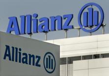 """Imagen de archivo del logo de Allianz, en su sede en Unterfoehring, Alemania. La aseguradora alemana Allianz se impuso una meta de ganancia operacional de hasta 11.000 millones de euros (12.200 millones de dólares) para el 2016, que estuvo en línea con las expectativas de los analistas, citando un ambiente de negocios """"cada vez más difícil"""". REUTERS/Alexandra Winkler"""