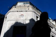 Foto de archivo de una mujer caminando junto a la sede de Citibank en el distrito financiero de Buenos Aires. 6 de abril de 2015. Citigroup Inc confirmó el viernes que tiene planes de vender sus unidades de banca minorista en Brasil, Argentina y Colombia. REUTERS/Marcos Brindicci/Files