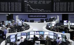 Фондовая биржа Франкфурта-на-Майне. Европейские фондовые рынки ушли в минус в пятницу на фоне снижения акций автомобильного сектора, так как инвесторы зафиксировали прибыль под конец сильной недели, которая помогла рынкам восстановиться после волатильного начала года. REUTERS/Staff/Remote