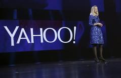 """Marissa Mayer, directrice générale de Yahoo. Le groupe américain a fait un pas de plus vers la scission attendue de ses activités internet, son coeur de métier historique, en annonçant vendredi la création d'une commission indépendante pour explorer des """"options stratégiques"""". /Photo d'archives/REUTERS/Robert Galbraith"""