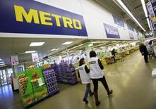 Le distributeur allemand Metro a renoncé à son projet d'introduction en Bourse de ses activités de grossiste en Russie, en raison du contexte actuel. /Photo d'archives/REUTERS/Wolfgang Rattay