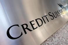"""El logo de Credit Suisse visto en el exterior de su sede en Nueva York, 1 de septiembre de 2015. Credit Suisse pondrá en marcha un programa de """"vía rápida"""" para los jóvenes que mejor desempeño tengan en su banco de inversión, dijeron a Reuters fuentes conocedoras de la medida, en un momento en que las principales entidades aumentan sus esfuerzos para atraer y retener a sus rangos inferiores. REUTERS/Mike Segar"""