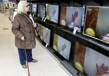Una mujer observa unos televisores en una tienda en Buenos Aires, jun 22, 2015. El consumo de electricidad en Argentina alcanzó en enero un máximo histórico al crecer un 5,6 por ciento interanual, impulsado por las altas temperaturas registradas en pleno verano, informó el viernes la Fundación para el Desarrollo Eléctrico (Fundelec).    REUTERS/Agustin Marcarian