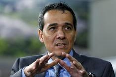 El ministro de Economía de Perú, Alonso Segura, habla durante una entrevista en Lima. 6 de octubre de 2015. La economía de Perú podría expandirse un 4,5 por ciento o más en el 2017 y el país sudamericano podría emitir bonos en monedas fuertes bajo las circunstancias adecuadas, dijo el viernes el ministro de Economía, Alonso Segura. REUTERS/Mariana Bazo