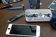Le ministère américain de la Justice a déposé un recours pour obliger Apple à se plier à une décision de justice lui ordonnant d'aider le FBI à décrypter l'iPhone d'un auteur du massacre de San Bernardino l'an dernier. Cette initiative est une nouvelle étape de la confrontation entre le gouvernement fédéral et la Silicon Valley sur la question de la sécurité et de la vie privée. /Photo prise le 17 février 2016/REUTERS/Eduardo Munoz