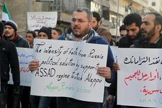 Демонстрация против российских авианалетов и наступления правительственных сил Сирии в Алеппо.  Сирийская оппозиция согласилась на двух- трехнедельное перемирие, если Россия остановит воздушную кампанию в стране, сообщил источник, знакомый с ходом мирных переговоров в Женеве, которые проходят в субботу. REUTERS/Abdalrhman Ismail