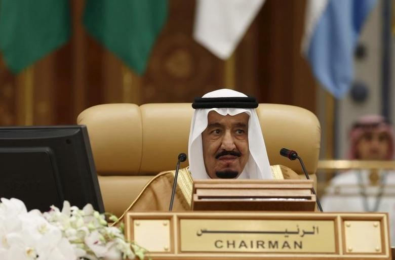 Saudi King Salman bin Abdulaziz attends the final session of the South American-Arab Countries summit, in Riyadh November 11, 2015. REUTERS/Faisal Al Nasser