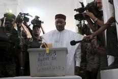 رئيس النيجر محمد ايسوفو يدلي بصوته في الانتخابات الرئاسية في نيامي يوم الاحد. تصوير: جو بيني - رويترز.