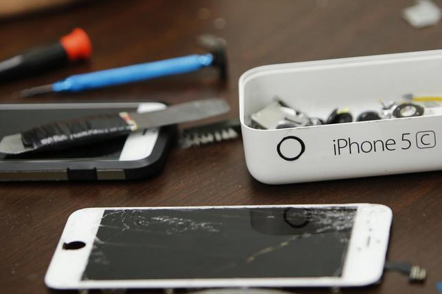 2月17日、米アップルは、銃乱射事件の容疑者が持っていたiPhoneのロック解除に向けて米政府に協力するよう求める連邦裁判所の命令に抵抗している。写真は分解されたiPhone。NY市の修理店で撮影(2016年 ロイター/Eduardo Munoz)