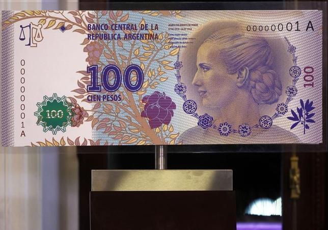 2月19日、アルゼンチンは債務の全額返済を求める一部債権者との長期にわたる法廷闘争が大詰めに差し掛かっている。写真はアルゼンチン紙幣の模型。2012年7月撮影(2016年 ロイター/Marcos Brindicci )