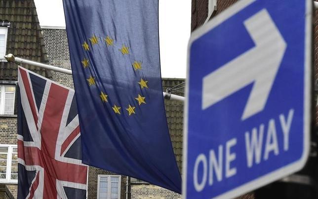 2月21日、英国のEU残留に向けた改革案をめぐり、キャメロン英首相はEUと合意にこぎつけた。今度は、英国民が6月23日に行われる国民投票で、EUに残留するか離脱するかの意思を示す番である。写真は英国旗(左)とEU旗。ロンドンで17日撮影(2016年 ロイター/Toby Melville)