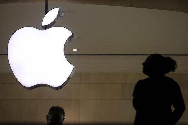 2月21日、中国の通信機器大手、華為技術(ファーウェイ)は、米アップルのティム・クック最高経営責任者(CEO)が米政府が要請した「iPhone(アイフォーン)」ロック解除を拒否していることについて、クックCEOの姿勢を支持すると表明した。写真はニューヨークで撮影(2016年 ロイター/Carlo Allegri)