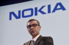 Nokia s'attend à une transition vers la téléphonie de cinquième génération bien avant 2020, date généralement retenue par les acteurs des télécommunications, et l'équipementier finlandais entend être au rendez-vous, a dit son directeur général, Rajeev Suri, au salon professionnel Mobile World Congress qui se tient à Barcelone. /Photo prise le 17 avril 2015/REUTERS/Lehtikuva/Markku Ulander